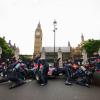 RB6がロンドンの国会議事堂前でピットストップ(2)  (c)RED BULL