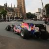 RB6がロンドンの国会議事堂前でピットストップ(4)  (c)RED BULL