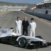 ペーター・ザウバー代表、そしてデ・ラ・ロサ、可夢偉のふたりがロゴが一切入っていないスーツ姿で登場 (2010 F1)  (c)BMW Sauber