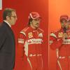 アロンソ&マッサ、壇上に上がって新車を披露(1) (2011 フェラーリ新車発表)  (c)Ferrari